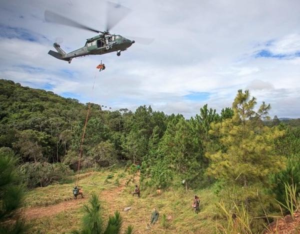 Helicóptero Black Hawk é utilizado em resgates
