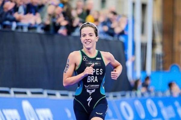 Sargento Vittória Lopes na prova de corrida do Campeonato Mundial de Triathlon