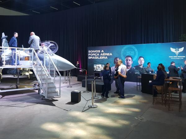 Participantes do 8º Congresso Brasileiro de Inovação da Indústria tiveram a oportunidade de conhecer a réplica da aeronave, as formas de ingresso e o trabalho na FAB