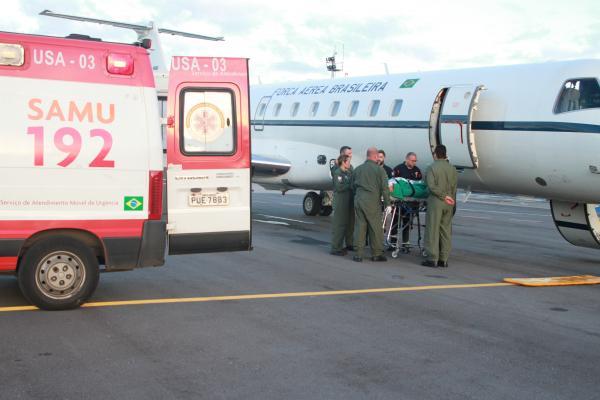 Uma aeronave VC-99 realiza o descolamento dos pacientes para Belo Horizonte (BH)