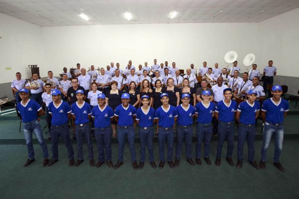 Banda de Música do CINDACTA III e equipe e alunos do Esquadrão Asa Branca
