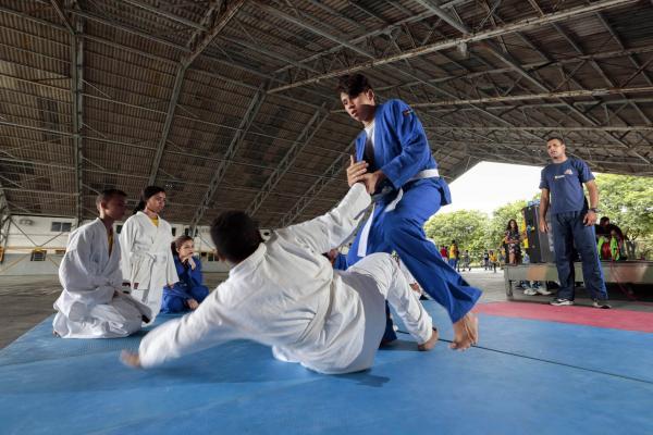 Crianças e jovens participam de diversas atividades esportivas