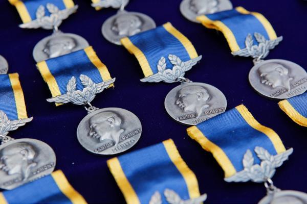 Personalidades civis e militares, brasileiros ou estrangeiros, podem receber a honraria, desde que tenham prestado destacados serviços à Aeronáutica brasileira