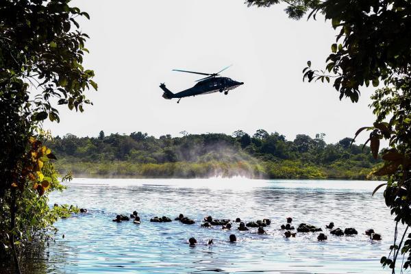 Treinamento da Ala 8, em Manaus (AM), abordou procedimentos de emergência em aeronaves, ações imediatas após acidente e transposição em curso de água