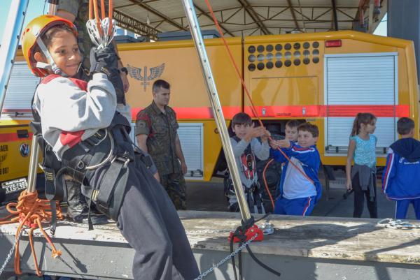 No Campo dos Afonsos (RJ), mais de 600 crianças recepcionaram atletas de destaque do basquete nacional