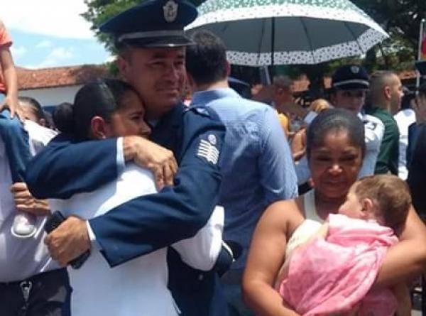 O Sargento Wesley Lemos do Nascimento é exemplo para a filha que também é graduada da FAB