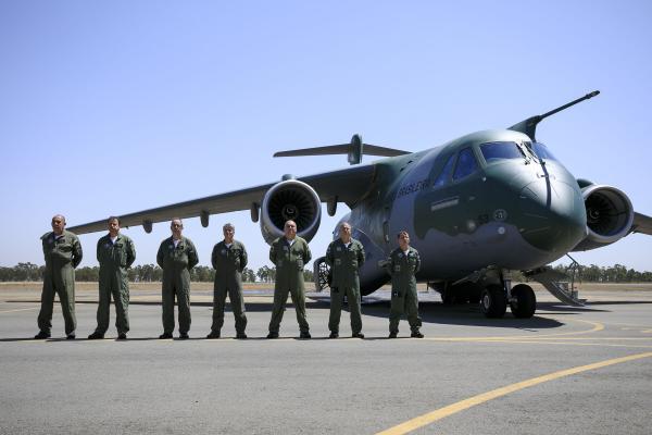 Tripulação da nova aeronave KC-390