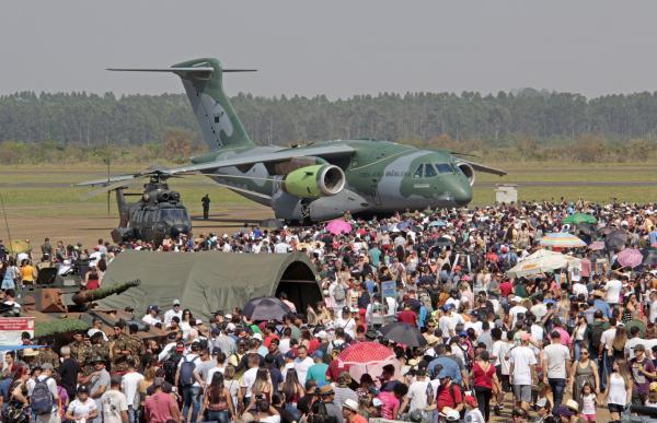 Público pôde conhecer o KC-390, nova aeronave multimissão da FAB, e, ainda, assistir às acrobacias da Esquadrilha da Fumaça