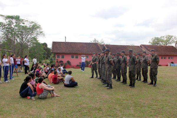 Escola de Especialistas de Aeronáutica participou de ações sociais em duas entidades e Grupamento de Segurança e Defesa de São José dos Campos levou cães para demonstração em escola