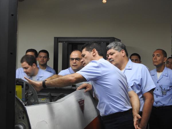 Autoridades estiveram no CCA-SJ e conheceram as capacidades do sistema de simulação de voo da aeronave T-27
