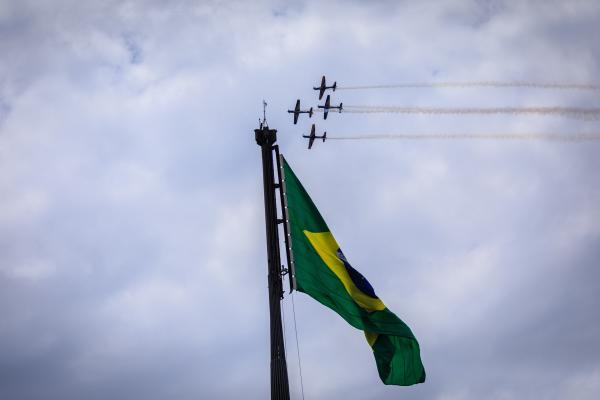Evento na Praça dos Três Poderes, em Brasília (DF), contou com apresentação da Esquadrilha da Fumaça e outras atrações para o público