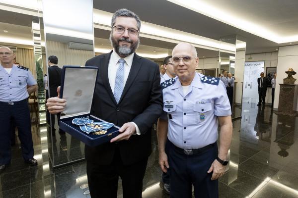 Condecoração ocorreu em cerimônia no Comando da Aeronáutica, nesta quinta-feira (17)