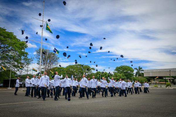 Cerimônia na Ala 1 foi marcada pelo compromisso à Bandeira Nacional e homenageou militares que se destacaram durante o curso