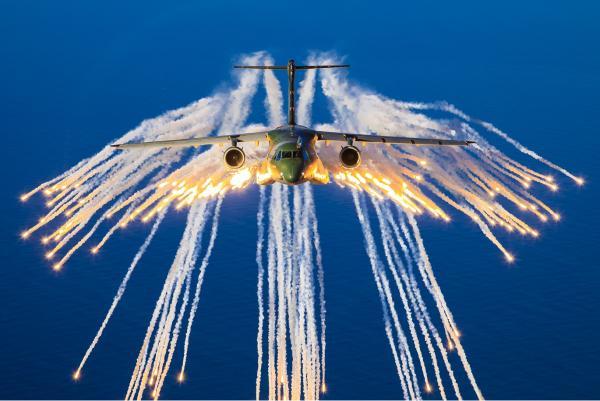Os lançamentos são feitos a partir de seis pontos ao longo da aeronave multimissão