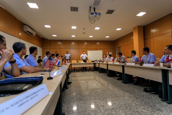Objetivo foi apresentar empresas e oportunidades de negócios do Setor Aeroespacial Brasileiro, bem como abrir um canal de comunicação com as Adidâncias e Embaixadas