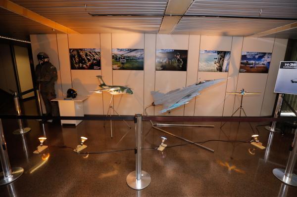 Maquetes de aeronaves da FAB, como o KC-390 e A-29 Super Tucano, estavam em exibição