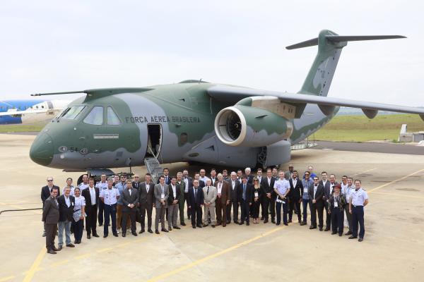 Visita foi realizada na unidade da Embraer em Gavião Peixoto (SP)