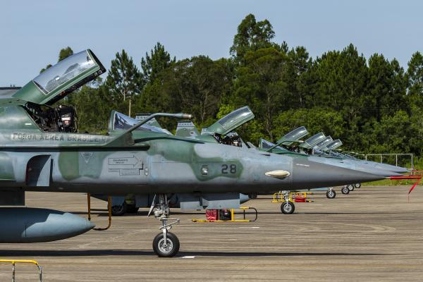 Mais de 50 aeronaves estão envolvidas no treinamento que simula uma guerra regular