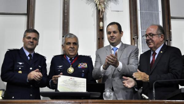 Ministro do Superior Tribunal Militar recebeu a Comenda Dois de Julho, mais alta distinção do Estado
