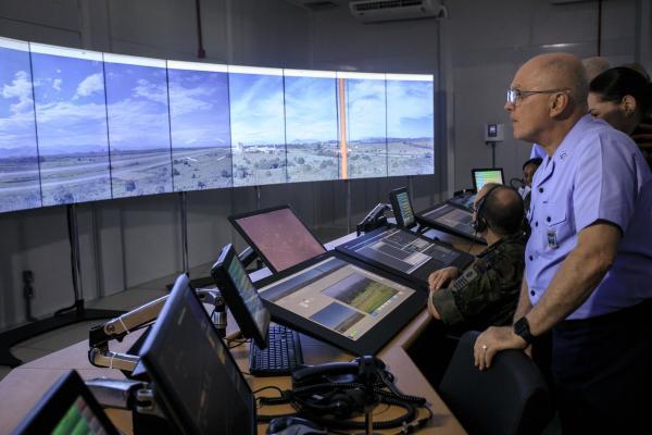 Acompanhado de Oficiais-Generais da FAB, Tenente-Brigadeiro Bermudez conheceu a operacionalidade e o desempenho da estrutura que opera nova modalidade de controle