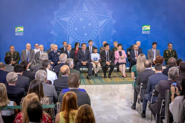 Ministro da Defesa substituto e Comandante da Aeronáutica, Tenente-Brigadeiro do Ar Antonio Carlos Moretti Bermudez, participa da cerimônia no Palácio do Planalto