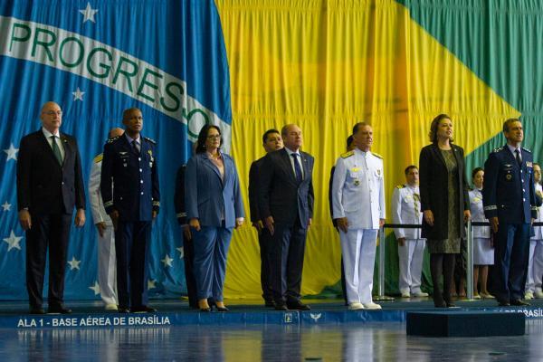 O Ministro da Defesa agraciou, nesta sexta-feira (06), personalidades civis e militares, na Ala 1, em Brasília (DF)