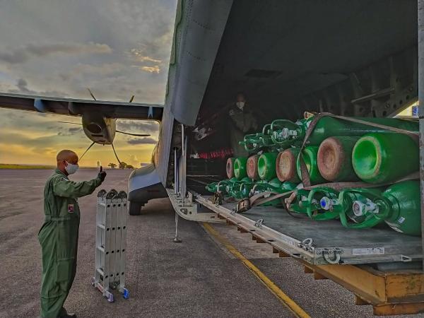 Os C-105 Amazonas transportaram cilindros de oxigênio, entre sexta-feira (22) e sábado (23), que foram reabastecidos e utilizados no combate ao novo Coronavírus