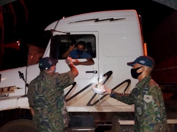 A estrutura de campanha montada para produção e distribuição de alimentos aos caminhoneiros da região portuária de Santos completou um mês de operação