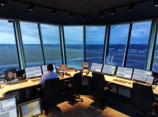 As Torres de Controle prestam serviço de Controle de Tráfego Aéreo às aeronaves que chegam e partem dos respectivos aeródromos