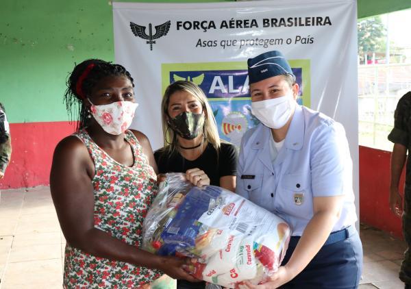 A entrega das cestas básicas beneficiou famílias de um projeto social, em Santa Cruz (RJ)