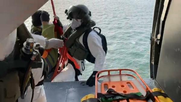 H-60L Black Hawk do 5º/8º GAV - Esquadrão Pantera, resgatou paciente com sintomas demalária que estava a bordo de navio estrangeiro na costa brasileira