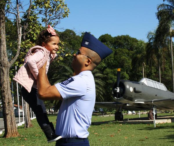 Sargento Especialista em Música Rafael Henrique Santos de Carvalho salvou a vida da filha, Maria Júlia, ao doar parte do seu fígado