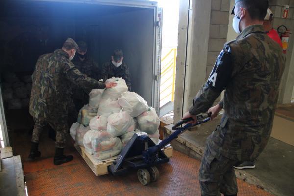 O Grupo de Segurança e Defesa da Ala 3 atuou na montagem e transporte de 3.500 cestas básicas destinadas à famílias carentes, em ação conjunta com a Prefeitura de Canoas