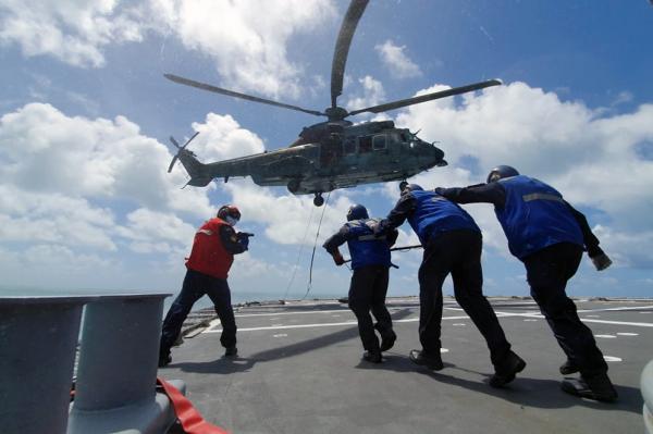Esquadrão Falcão realiza treinamento de resgate em convés
