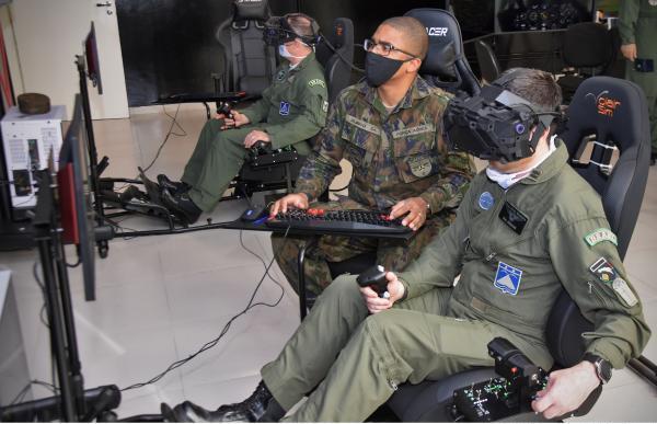 Equipamento desenvolvido pelo Centro de Computação da Aeronáutica de São José dos Campos, permite maior imersão em ambiente tridimensional nas situações de voo em instruções na Academia da Força Aérea