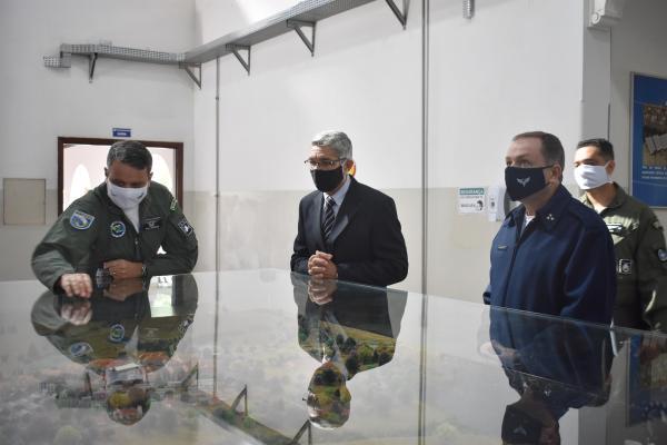Objetivo da visita foi conhecer estrutura e métodos da Escola de Especialistas de Aeronáutica para auxiliar na implantação da nova Escola de Sargentos do Exército Brasileiro