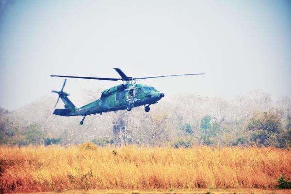 Helicóptero H-60L Black Hawk transportou homens para combater as chamas e militares que fiscalizam a área