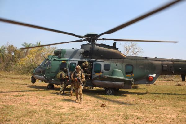 Além dos Operadores Especiais da FAB e da Marinha, o treinamento contou com a participação de 23 aeronaves em voo de pacote