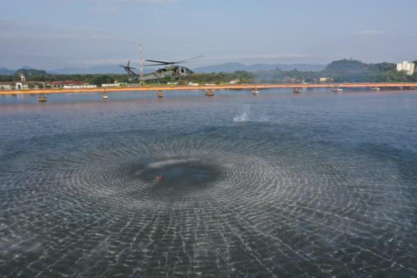 Esquadrão Pelicano e PARA-SAR realizam treinamento de içamento de vítimas em ambiente aquático na Base Aérea de Santos, no litoral paulista