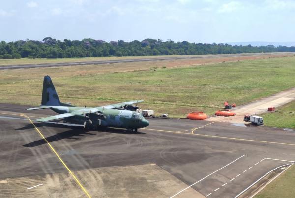 Aeronave C-130 Hércules e tripulantes do Esquadrão Gordo atuam na missão utilizando o sistema de combate a incêndio MAFFS (do inglês,Modular Airborne Fire Fighting System)