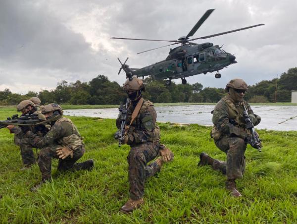 Capacitação visou à interoperabilidade das três Forças em atividades áereas, com emprego de helicóptero em navios da Marinha do Brasil