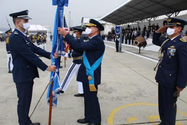 O estandarte da Força Aérea Brasileira (FAB) foi condecorado com a medalha `Reconocimiento Centenario Fuerza Aérea Ecuatoriana`