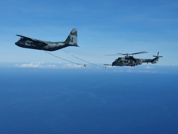 Reabastecimento em Voo do helicóptero H-36 CARACAL eleva o alcance da aviação de asas rotativas e permite o cumprimento de missões nos 22 milhões de km2 sob responsabilidade da FAB