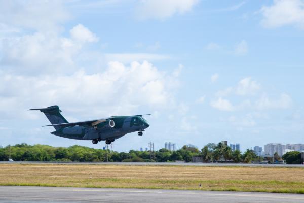 KC-390 Millennium e C-130 Hércules realizam transporte de insumos e tanques de oxigênio líquido