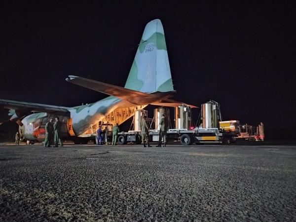 Aviões C-130 Hércules promoveram o transporte de tanques de oxigênio líquido na madrugada deste sábado (16). Outra aeronave KC-390 também foi empregada nesta data para transporte de insumos.
