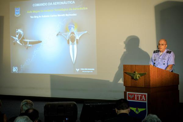 Tenente-Brigadeiro Bermudez apresentou aos alunos a conjuntura atual do Comando da Aeronáutica em seus 80 anos, os desafios e as perspectivas para o futuro