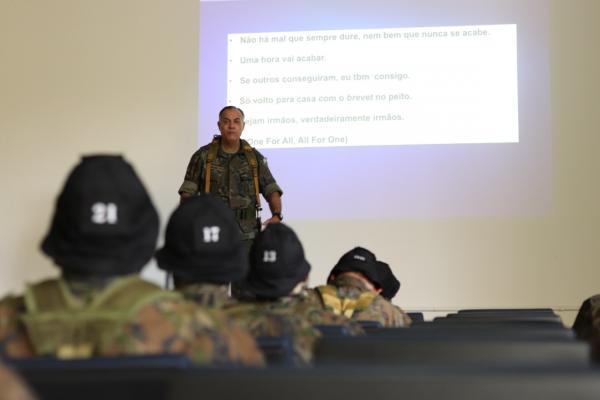 O curso, que está sendo realizado na Academia da Força Aérea (AFA), visa a capacitação de militares da Força Aérea Brasileira (FAB) para o cumprimento de missões de Operações Especiais
