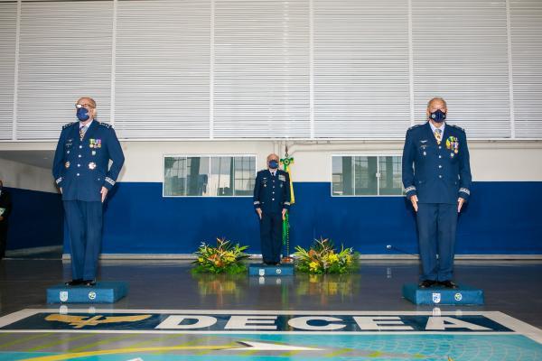 O Brigadeiro Walter recebeu o cargo do Major-Brigadeiro Miguel, que também se despediu do serviço ativo