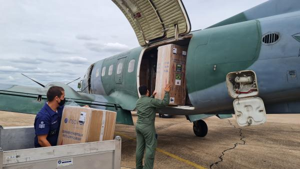 Aeronave C-95 Bandeirante do 5º ETA transportou 20 respiradores de Canoas para Santa Maria