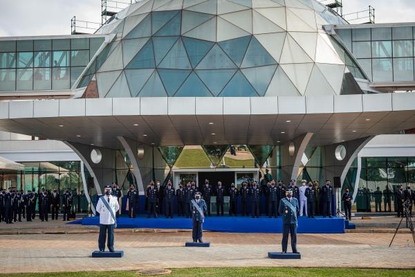 Na solenidade, realizada em Brasília (DF) nesta sexta-feira (09), o Tenente-Brigadeiro Domingues passou o cargo ao Tenente-BrigadeiroAlmeida e foi homenageado ao se despedir do serviço ativo